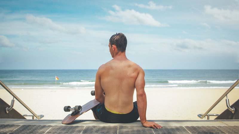 Fotodepilación en la espalda de los hombres para verano